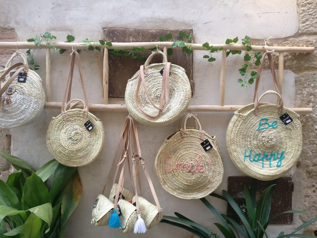 Exterior de la tienda L'Eskinyo con bolsos - Peratallada