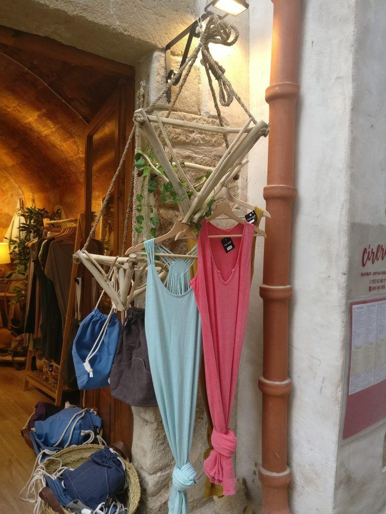 Colgadores de la entrada de la tienda L'Eskinyo -Peratallada